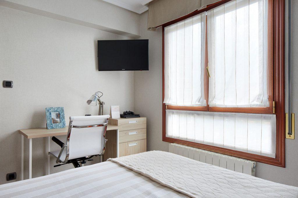 Dormitorios GAZTEA - Dormitorio Beige, zona de escritorio
