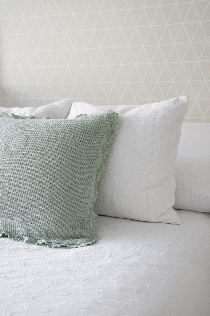 Detalle textiles del dormitorio infantil de Casa Oliva