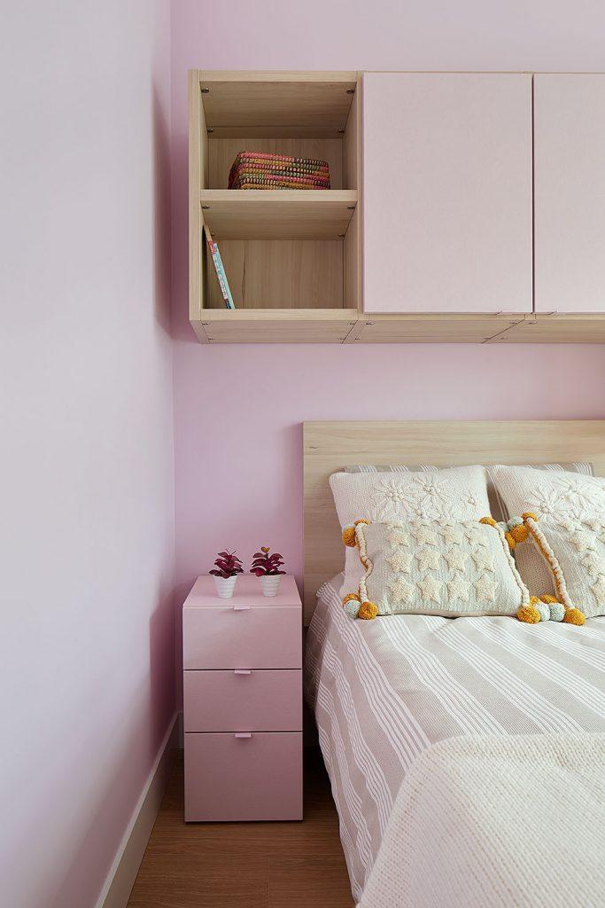 Mesita de cama del dormitorio juvenil rosa de Casa Rainbow