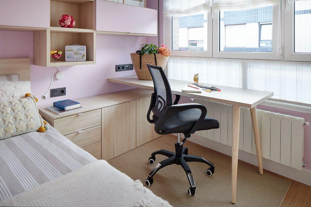 Zona de escritorio del dormitorio juvenil rosa de Casa Rainbow