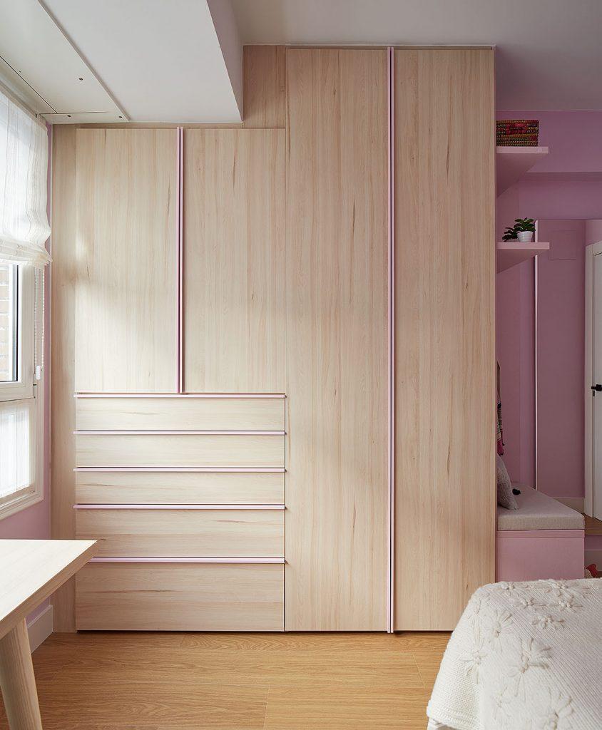 Armario vestidor del dormitorio juvenil rosa de Casa Rainbow