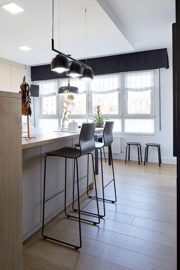 Detalle de la barra de desayunos de la cocina en Casa Rainbow