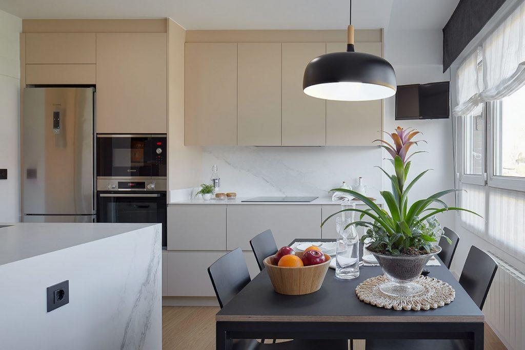 Vista general de la cocina reformada en Bilbao del proyecto Casa Rainbow
